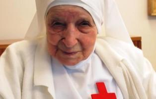 suor Candida Bellotti, la suora più anziana del mondo che oggi ha compiuto 107 anni ed è la religiosa più anziana del mondo mentre viene festeggiata ll'interno nella Casa generalizia dei Camilliani, nel centro di Roma. ANSA/CAMILLODELELLIS/++ NO SALES, EDITORIAL USE ONLY. NO ARCHIVES ++
