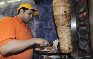 20090422 - MILANO - CRO - KEBAB : SARACINESCHE CHIUSE ALL'UNA DI NOTTE IN LOMBARDIA. Un  rosticcere turco prepara un kebab oggi a Milano .DANIEL DAL ZENNARO/ANSA