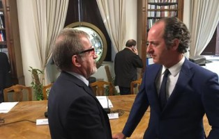 Il presidente di Regione Lombardia Roberto Maroni durante la sottoscrizione, al Ministero delle Infrastrutture e dei Trasporti a Roma, dei protocolli per le ciclovie 'VenTo' e 'del Sole', 27 luglio 2016. Con lui il presidente della Regione Veneto Luca Zaia. ANSA / US REGIONE LOMBARDIA +++ANSA PROVIDES ACCESS TO THIS HANDOUT PHOTO TO BE USED SOLELY TO ILLUSTRATE NEWS REPORTING OR COMMENTARY ON THE FACTS OR EVENTS DEPICTED IN THIS IMAGE; NO ARCHIVING; NO LICENSING+++