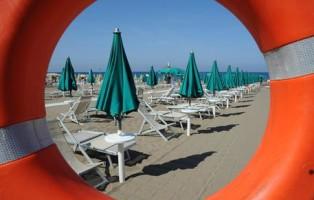 Veduta di una spiaggia di San Vincenzo (Livorno) in una foto d'archivio. ANSA/ FRANCO SILVI