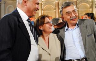 20060706 ROMA STREGA:ROSSANDA-VERONESI, COMPLIMENTI PRIMA DELLA SFIDA/ANSA A POCHE ORE DALLA SCELTA DEL VINCITORE STASERA A VILLA GIULIA     (ANSA) - ROMA, 6 lug - (di Mauretta Capuano)- Mancano poche  ore alla sfida conclusiva per conquistare il  Premio Strega, arrivato alla sessantesima edizione. Al Ninfeo di Villa Giulia,  a Roma, a contendersi l'ambito riconoscimento saranno questa  sera in cinque ma il maggior numero di voti sembrano essere  destinati a Rossana Rossanda, in testa alla cinquina con il suo  libro di memorie politiche 'La ragazza del secolo scorso'  (Einaudi) seguita con un distacco di tre voti da Sandro Veronesi  con il suo romanzo 'Caos Calmo' (Bompiani).  Dafne Tesei/Ansa Da sin: Gianni Arturo Ferrari (Mondadori) Lucia Annunziata e Cesare de Michelis