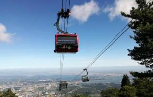 Bolzano - Lushan è uno dei luoghi più famosi della Cina ed una destinazione molto popolare - sia per la gente del posto che per i turisti. Per migliorare le infrastrutture ed il comfort per i visitatori, Doppelmayr/Garaventa ha realizzato un moderno impianto a fune. Dal 27 luglio 2017 è iniziato l?esercizio della prima cabinovia trifune della Cina. Anche lo stabilimento italiano di Lana (BZ) ha partecipato alla realizzazione.