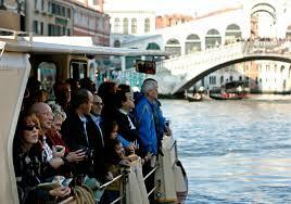 turisti-su-vaporetto-in-canal-grande