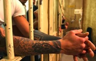 detenuto-tra-le-sbarre-foto-arch