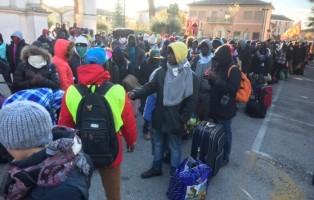 migranti-di-cona-in-strada-a-codevigo-verso-venezia