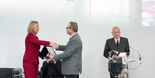 mogherini-e-il-prof-vito-noto-dell-un-di-padova-a-premiazioneradiobue