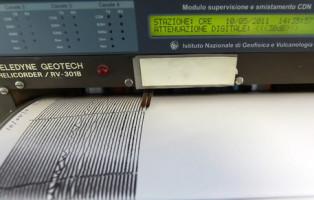 Un vecchio sismografo, ancora in uso, nella sala sismica dell' Istituto Nazionale di Geofisica e Vulcanologia a Roma oggi 10 maggio 2011. ANSA/MASSIMO PERCOSSI
