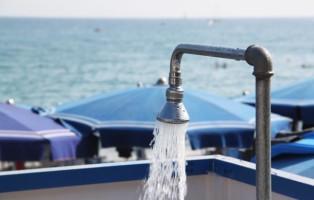 consumo-acqua-in-spiaggiaa-cominciare-dalle-docce