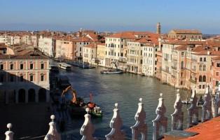 la-vista-dalla-terrazza-fondaco-dei-tedeschi-venezia