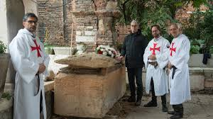 sarcofago-unica-tomba-maestro-temlari-foto-arena