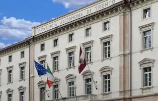 ELEZIONI PROVINCIALI 2008 - ELECTION DAY Nella foto: Palazzo della Provincia Autonoma di Trento con Bandiere  Foto: Romano Magrone - Archivio ufficio stampa Pat Trento, novembre 2008
