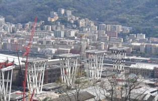 Proseguono i lavori per la demolizione del moncone est di ponte Morandi dove vengono allestite delle torri in acciaio per sorreggere l'impalacato e permettere la demolizione in sicurezza delle case sottostanti la pila 10 e 11, 01 aprile 2019 a Genova. ANSA/LUCA ZENNARO