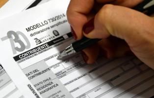 Il modello 730 per la denuncia dei redditi, 19 giugno 2014.  ANSA/FRANCO SILVI